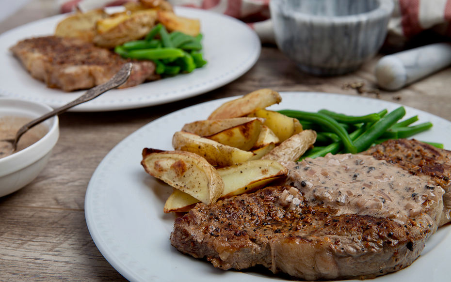 Steaks with peppercorn sauce